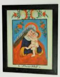 Marie Pomocná s Ježíškem. Vlasy má zakryté krajkovým závojem a obklopené červenou svatozáří. Bílý podklad s květinovým dekorem je typický pro okruh podmaleb z Orlických hor a Kladska, 3. čtvrtina 19. století. Sbírka OM.